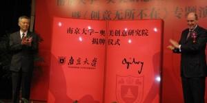 奥美集团董事长兼首席执行官杨名皓(Miles Young)与南京大学党委常务副书记张异宾共同为创意研究院揭牌