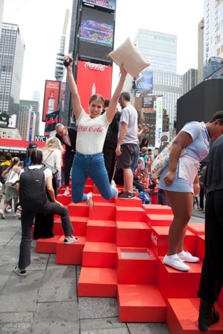 可口可乐在纽约时代广场打造3D广告牌-3
