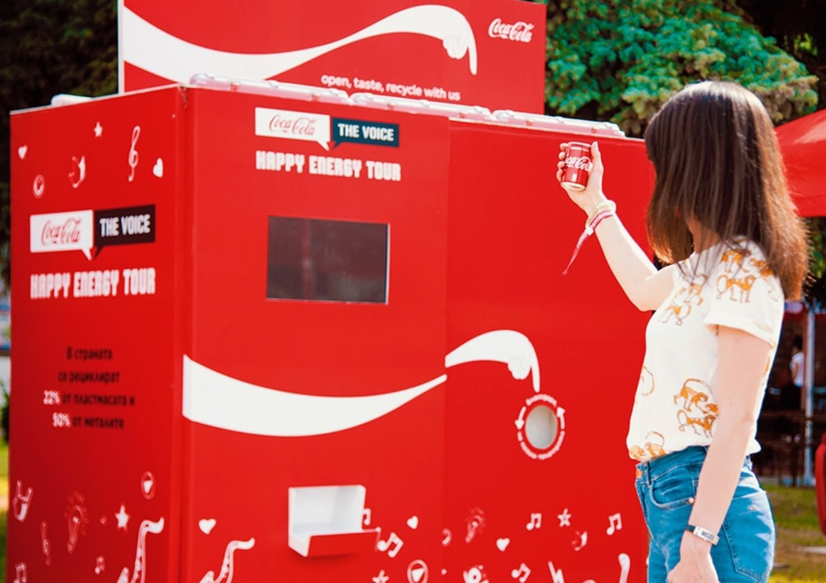 CocaCola-These Outdoor Ads Point You to Recycling Bins-3