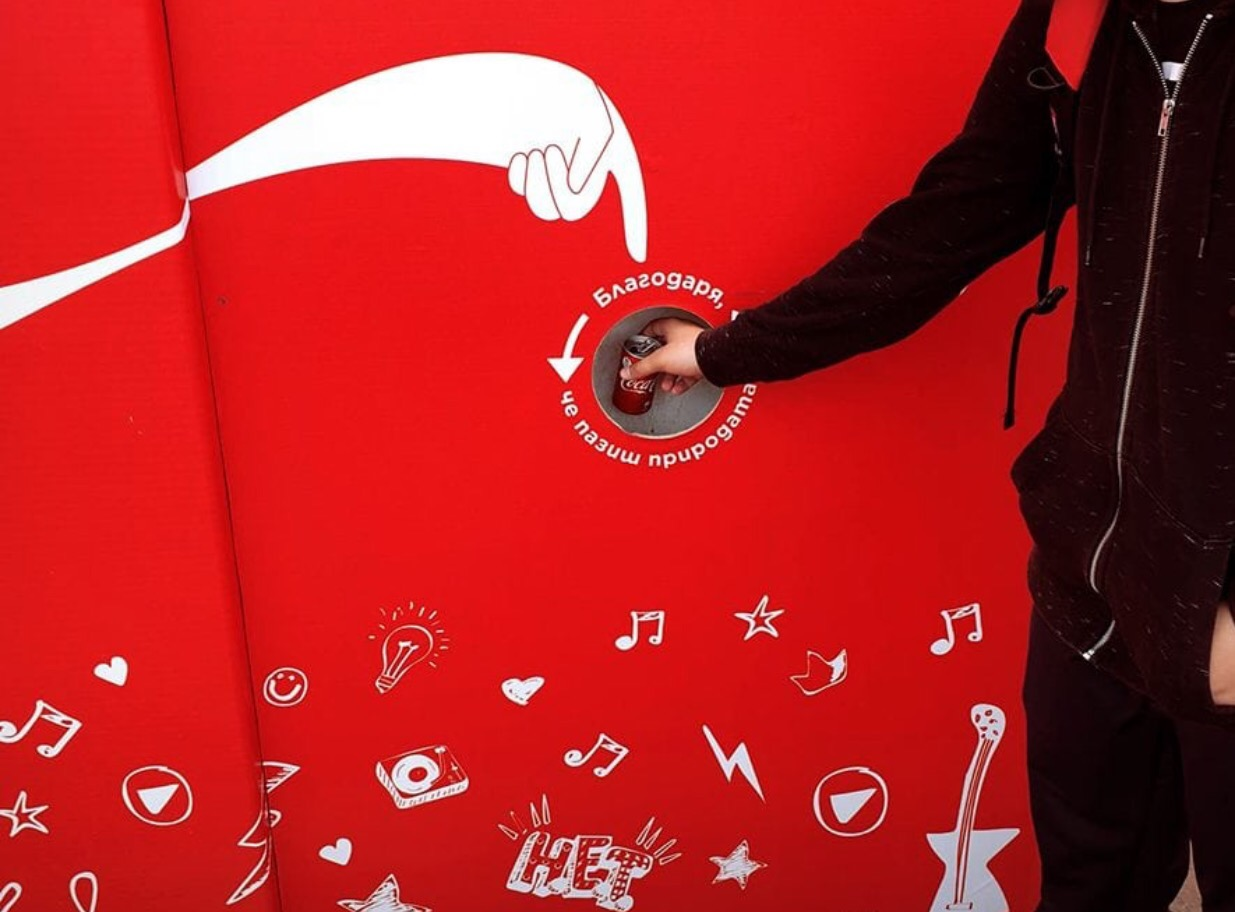 CocaCola-These Outdoor Ads Point You to Recycling Bins-4