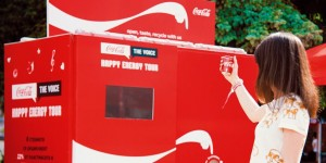 CocaCola-These Outdoor Ads Point You to Recycling Bins-toutu